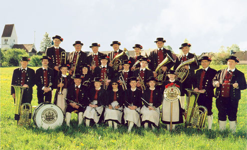 Die komplette Mannschaft der Hechendorfer Blasmusik vor der Silhouette der Kirche