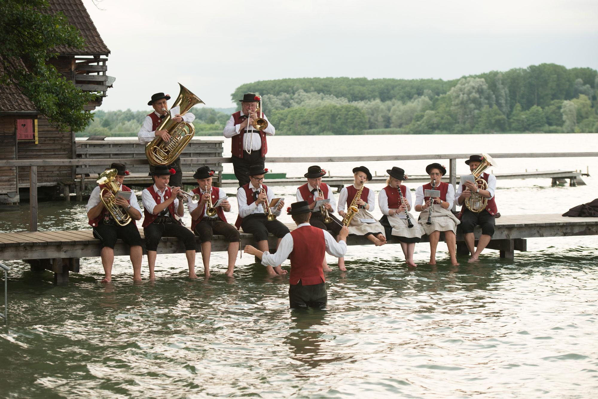 Hechendorfer Blasmusik spielt aufgereiht auf Steg am Pilsensee